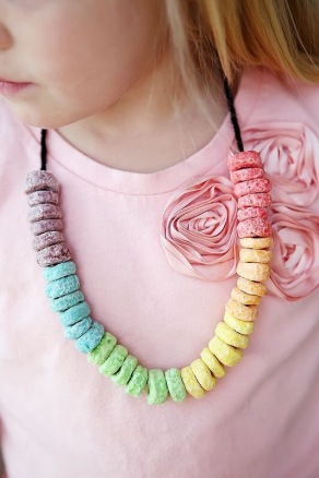 http://eighteen25.com/2013/02/st-patricks-day-craft-snack-necklaces/